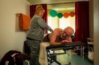Entspannung sieht anders aus: Hintz (Dieter Hallervorden) begibt sich unter Hildes (Franziska Troegner) rabiate Hände.