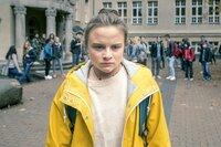 Im Netz kursieren Bilder von Sara (Lena Urzendowsky), die ihr zutiefst unangenehm sind und die die ganze Schule zu kennen scheint.