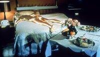 Der rachsüchtige Goldfinger lässt die hübsche Jill Masterson (Shirley Eaton) auf ungewöhnliche Weise umbringen...