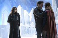 Muss Kara (Melissa Benoist, r.) vor seiner unberechenbaren Mutter (Teri Hatcher, l.) beschützen: Mon-El (Chris Wood, M.) ...