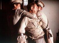 Der aufsässige Sträfling Henri Charrière alias Papillon (Steve McQueen) wird von Wärtern niedergerungen.