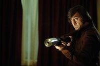 Noch glaubt Llewelyn Moss, dass er Anton Chigurh (Javier Bardem) umstimmen kann, wenn er das Geld rausrückt. Doch eine Bestie sollte man niemals reizen ...