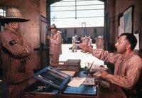Der verurteilte Betrüger Louis Dega (Dustin Hoffman, re.) hat sich mit den Haftbedingungen in der Strafkolonie arrangiert.