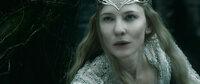 Galadriel (Cate Blanchett) stellt sich dem grausamen Sauron und dessen Dienern, den Nazgûls, entgegen und schickt sie in die Verbannung ...