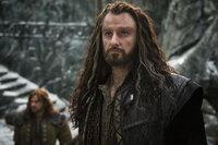 Nach und nach ergreift die Drachenkrankheit Besitz von Thorin (Richard Armitage) und macht den Zwergenkönig selbstsüchtig und paranoid. Was schließlich sogar zu einem Krieg mit den Menschen und den Elben führt ...