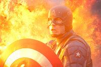 Captain America Steve Rogers (Chris Evans) muss alles riskieren, um den größenwahnsinnige Nazi Johann Schmidt, der sich nach einem Selbstversuch mit einer Vorstufe von Dr. Erskines Serum in den dämonischen Superschurken Red Skull verwandelt hat und nun die Weltherrschaft anstrebt, zu vernichten ...