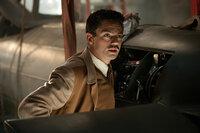 Der brillante Erfinder Howard Stark (Dominic Cooper) entwickelt für Captain America ein Schild, der hundert Mal härter als Stahl ist, aber nur ein Drittel wiegt. Er absorbiert sämtliche Stöße, so dass sich selbst scharfe Kugeln wie Watte anfühlen ...