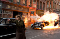 Äußerst zielsicher: die attraktive Peggy Carter (Hayley Atwell) ...