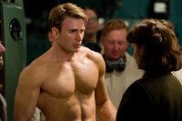 """Obwohl zunächst noch sehr schmächtig, kann sich Peggy Carter (Hayley Atwell, r.) schon bald für den charakterstarken Steve Rogers (Chris Evans, l.) begeistern. Nach der """"Behandlung"""" mit dem Superserum entdeckt sie weitere Qualitäten bei dem Captain America ..."""