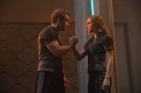 Yon-Rogg (Jude Law, l.); Carol Danvers/Captain Marvel/Vers (Brie Larson, r.)