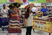 Mateo (Nico Santos, l.) und Amy (America Ferrera, M.) machen mit einer kleinen Showeinlage auf die Verkostung aufmerksam, Dina (Lauren Ash, r.) liefert die passende Musik. Amy nutzt diese Aufmerksamkeit um mit Vorurteilen gegenüber Latinos aufzuräumen ...