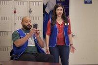 Garrett (Colton Dunn, l.) und Amy (America Ferrera, r.) platzen in eine äußerst verstörende Szenerie im Pausenraum - das muss Garrett für die Nachwelt festhalten ...