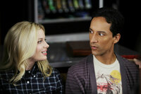 Community Staffel 2 Folge 7 Gillian Jacobs als Britta Perry, Danny Pudi als Abed Nadir SRF/2009, 2010 Sony Pictures Television Inc.