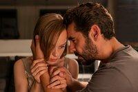 Miguel (Oliver Oertel) versucht, zu seiner Frau Lisa (Friederike Kempter) durchzudringen. Er kann ihr Verhalten nicht verstehen, er dachte, sie seien glücklich.