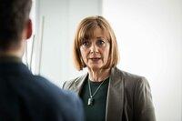 Chefin CS Lorraine Craddock (Pippa Haywood, r.) muss David (Richard Madden, l.) suspendieren, weil sein Selbstmordversuch herausgekommen ist.