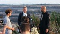 Der umweltpolitische Sprecher der AfD, Karsten Hilse, stellt sich dem Gespräch mit David Dresen und seiner Mutter, die ihr Haus und damit ihre Heimat verlieren werden, wenn der Braunkohleabbau nicht gestoppt wird.
