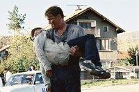 Für Nick (Dolph Lundgren, r.) bricht eine Welt zusammen, als Sasha Popov seinen Sohn (Naum Shopov, l.) und seine Frau umbringt ...