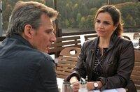 Vera (Rebecca Immanuel) ist bereit, sich auf Dr. Henning Maurer (René Steinke) einzulassen.