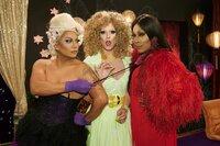 Barkeeperin Pina Colada (Jay Miniano, l.), die glamouröse Cathérine (Ralph Kinkel, M.) und Sängerin Barbie (Catherrine Leclery, r.) stehen in ewiger Konkurrenz, wer die schönste und die beste Drag ist.