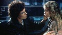 Auf dem Planeten angekommen, untersuchen Ellen Ripley (Sigourney Weaver, l.) und die Rettungseinheit einen Gebäudekomplex und finden ein Mädchen namens   Rebecca, genannt 'Newt' (Carrie Henn).