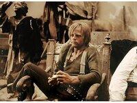 """Wild (Klaus Kinski), auch """"Der Bucklige"""" genannt, gehört zu der brutalen Bande von El Indio."""