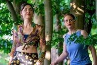 Helena (Katharina Nesytowa, l.) und Annika (Eva Maria Jost, r.) suchen im Wald ihr Baumhaus.