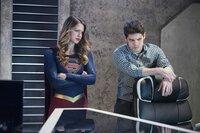Kara (Melissa Benoist, l.) und Winn (Jeremy Jordan, r.) müssen alles geben, um Alex das Leben zu retten. Werden sie es rechtzeitig schaffen?