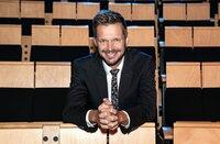 Einmal im Monat, freitags um 23.30 Uhr, empfängt Gastgeber Florian Schroeder vor Publikum im Kleinen Haus des Staatstheaters Mainz vier bis fünf Kabarettisten und Comedians zu 45 kurzweiligen Minuten. Florian Schroeder.