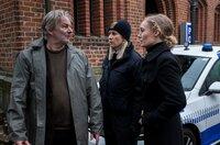 Der Vater der Entführten (Max Herbrechter) braucht Antworten: Kommissarin Olsen (Katharina Heyer, re.) und Polizistin Ida Sörensen (Marlene Morreis) können ihm nicht helfen.