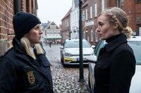 Polizistin Ida Sörensen (Marlene Morreis, li.) muss sich vor Kommissarin Olsen (Katharina Heyer) rechtfertigen.