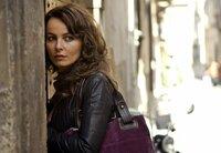 Clara (Violante Placido) ahnt nicht, welchen Beruf ihr neuer Freund ausübt.
