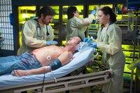 Ein radioaktiv verstrahlter Patient löst Chaos im Krankenhaus aus (v.l.): Dr. TC Callahan (Eoin Macken), Detective Moreno (Rick Montoya), Dr. Joey Chavez (Adam Rodriguez), Dr. Jordan Alexander (Jill Flint)