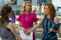 """Aubrey (Anna Camp, M.) und Chloe (Brittany Snow, r.) suchen nach neuen Mitgliedern für ihre A-cappella-Gruppe """"The Barden Bellas"""", aber ist Beca (Anna Kendrick, l.) wirklich die Richtige?"""
