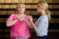 Aubrey (Anna Camp, r.) möchte immer alles unter Kontrolle haben und das lässt sie auch Fat Amy (Rebel Wilson, l.) spüren ...