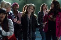 "Als ""The Barden Bellas"" stellen sich Lilly (Hana Mae Lee, l.), Fat Amy (Rebel Wilson, 2.v.l.), Cynthia Rose (Ester Dean, 3.v.l.), Beca (Anna Kendrick, 3.v.r.) und Stacie (Alexis Knapp, r.) ihren härtesten Konkurrenten den ""Treblemakers"" entgegen ..."