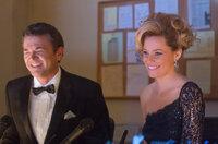 Wie werden die Juroren, John (John Michael Higgins, l.) und Gail (Elizabeth Banks, r.), eines nationalen A-cappella-Wettbewerbs entscheiden?