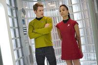 Schon bald müssen Kirk (Chris Pine, l.) und Uhura (Zoe Saldana, r.) feststellen, dass John Harrison jedes Mittel recht ist, um seine Leute freizupressen ...