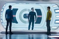 """Noch ist Kirk (Chris Pine, r.) und Spock (Zachary Quinto, l.) nicht wirklich klar, dass John Harrison """"Khan"""" (Benedict Cumberbatch, M.) ein richtig böser Bube ist ..."""