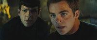 Kirk (Chris Pine, r.) und Spock (Zachary Quinto, l.) sind zunächst erbitterte Konkurrenten. Während sich Kirk auf sein Bauchgefühl verlässt, geht Spock mit unerbittlicher Logik den Dingen auf den Grund. Da gerät die Besatzung der Enterprise in große Gefahr ...