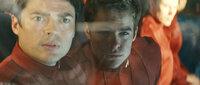 """Als """"Pille"""" (Karl Urban, l.) Kirk (Chris Pine, r.) an Bord des neuen Raumschiffes"""" Enterprise"""" schmuggelt, ahnt er nicht, dass im All ein rachsüchtiger Anti-Förderationsgegner auf sie wartet, der kein Pardon kennt ..."""