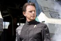 Captain Christopher Pike (Bruce Greenwood) ist ein Freund von Kirks verstorbenen Vater. Er schafft es, den draufgängerischen Kirk für die Sternenflotte zu begeistern ...