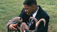 Agent J (Will Smith) mit einem gerade geborenen AlienAgent J (Will Smith) mit einem gerade geborenen Alien