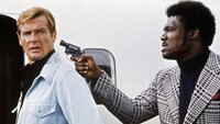 James Bond (Roger Moore, l.), Adam (Tommy Lane)