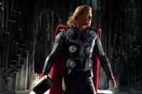 Als Kämpfer geboren, setzt sich Thor (Chris Hemsworth) für sein rechtmäßiges Königreich ein, aber lernt auf der Erde zusätzlich was es heißt, ein würdiger König zu sein ...