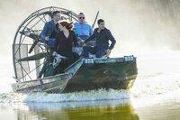 Müssen in den Sümpfen Louisianas nach einem Alligator suchen, der ein tödlichen Virus in sich trägt: (v.l.n.r.) Toby (Eddie Kaye Thomas), Paige (Katharine McPhee), Cabe (Robert Patrick) und Walter (Elyes Gabel) ...