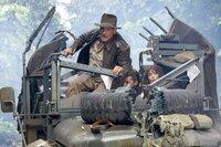 Versuchen, das Rätsel der Kristallschädels zu lösen und erleben dabei einige Überraschungen: Indiana Jones (Harrison Ford, l.), Mutt (Shia LaBeouf, M.) und Marion (Karen Allen, r.) ...