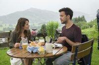 Filipa (Cristina do Rego) und Miguel (Yannik Raiss) genießen ein gemeinsames Mittagessen und amüsieren sich über den verrückten Mark.