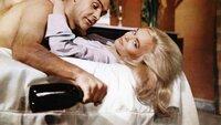 Jill Masterson (Shirley Eaton) erliegt dem Charme des Draufgängers und Agenten James Bond (Sir Sean Connery).