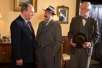 Inspector Mallory (Jack Deam, M.) befragt Robert Twyman (Robert Daws, l.), den Vater des Toten. Beide können sich nicht erklären, wie sich der Mörder Zugang zu dem Haus verschaffen konnte. Der Psychoanalytiker Mordaunt Jackson (Paul Bown, r.) kommt hinzu.