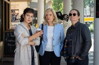 Isa von Brede (Sabine Postel, M.) macht sich mit Hilfe von Yasmin Meckel (Sophie Dal, l.) und Gudrun Wohlers (Katrin Pollitt, r.) auf die Suche nach dem wahren Mörder.